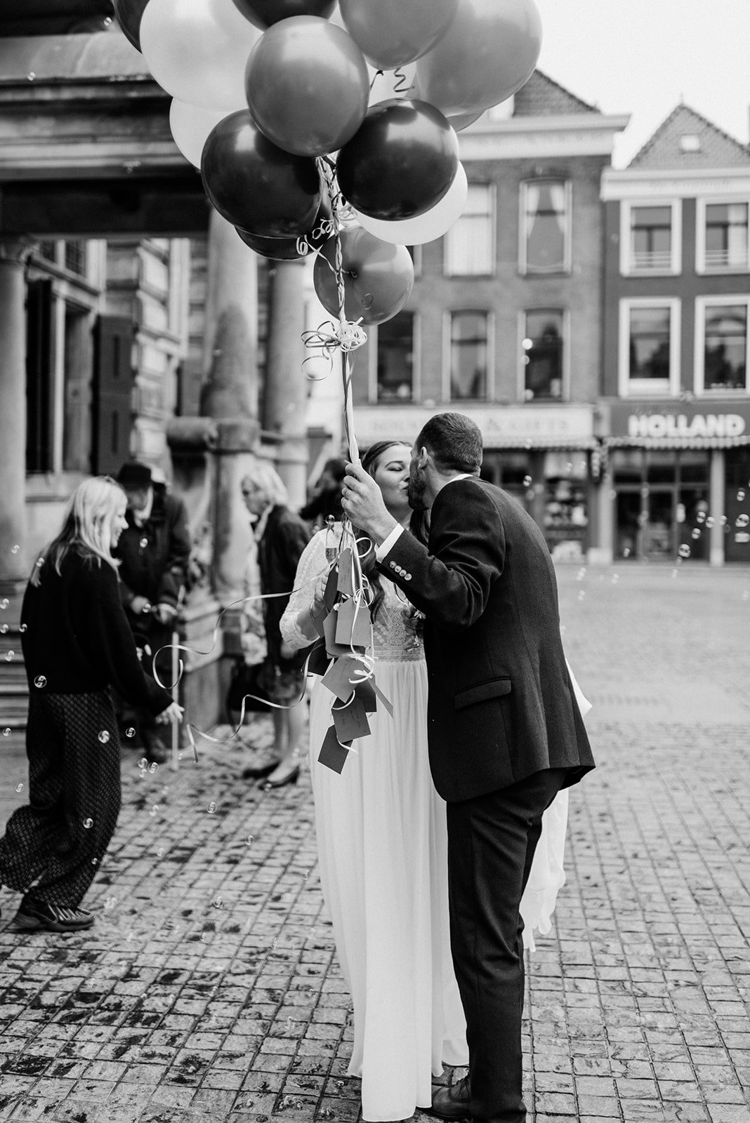 Bruidspaar kust op de Markt in Delft
