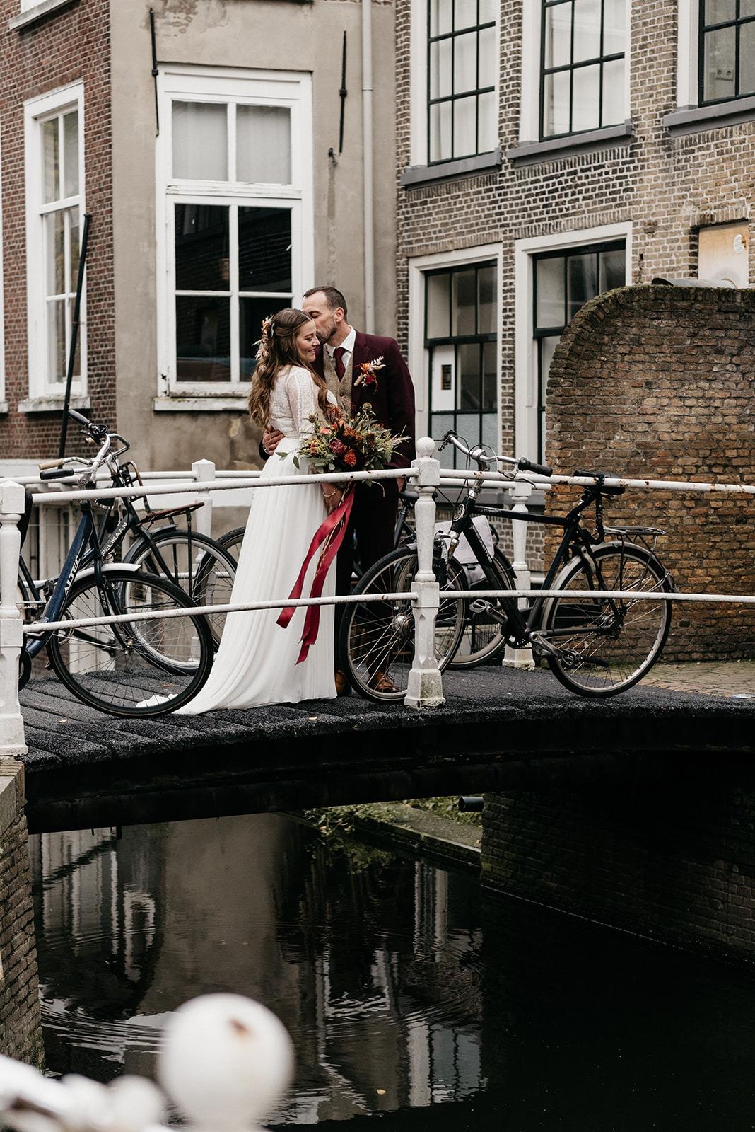 Bruidspaar bij de grachten in Delft.