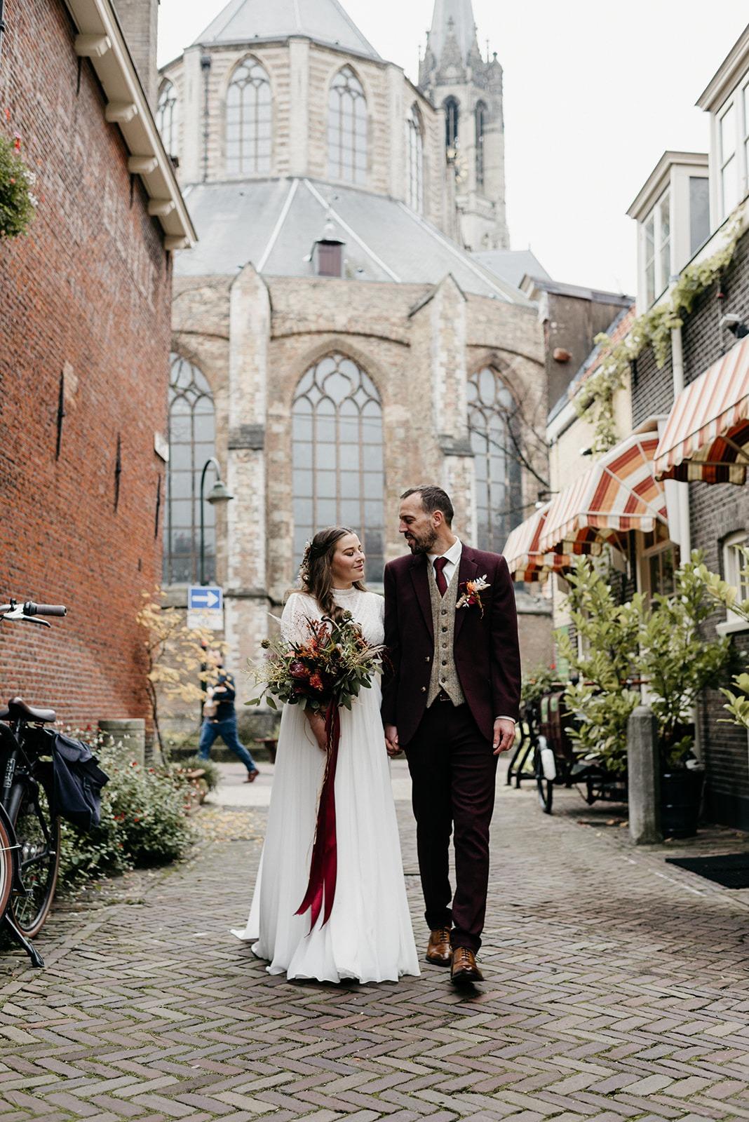 Bruidspaar lopend door de straten van Delft.