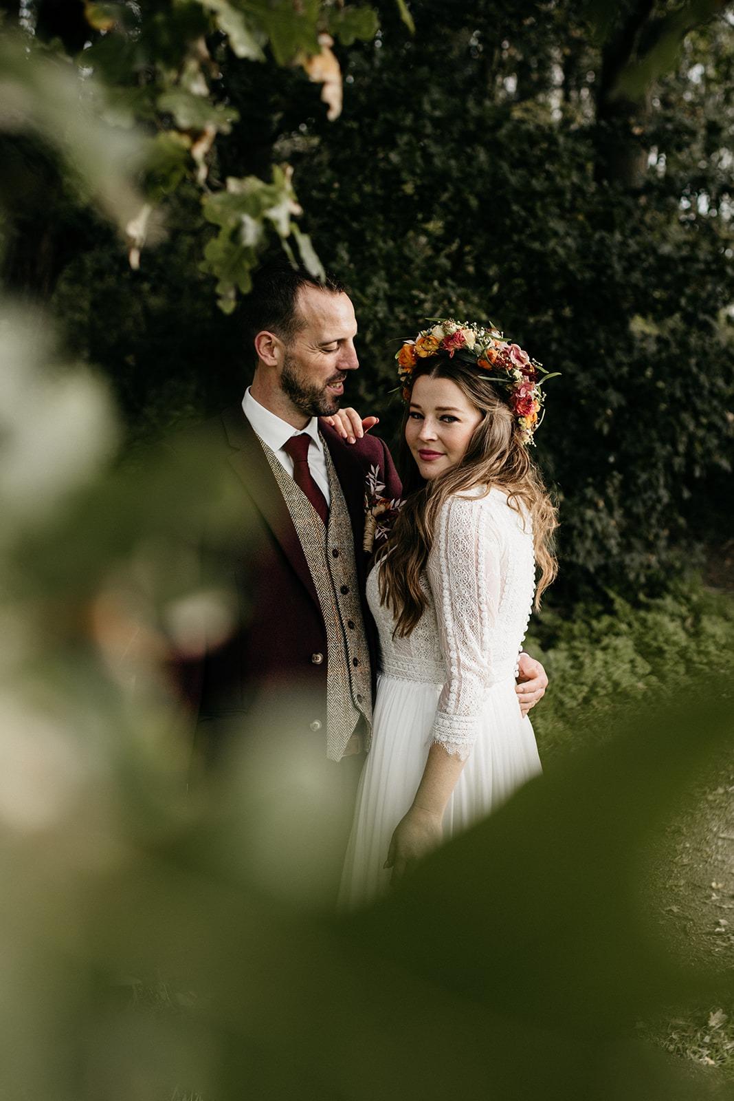 Man kijkt naar zijn vrouw in het bos