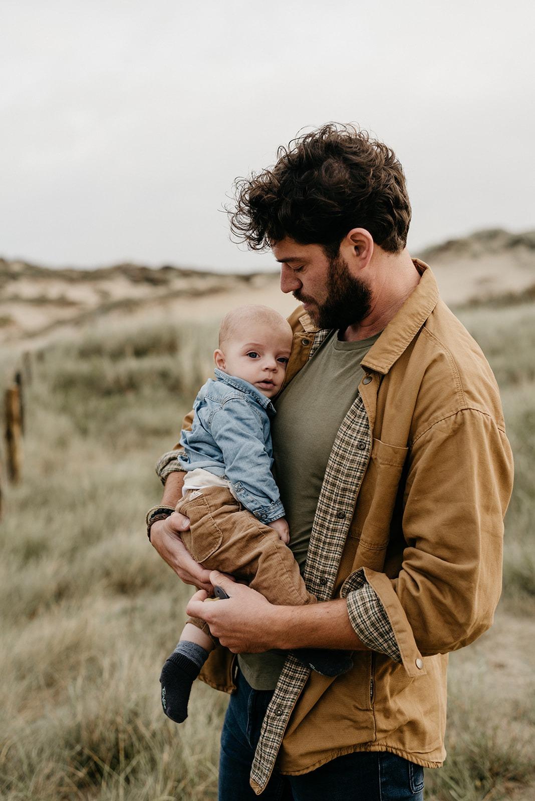 Babyjongetje bij zijn vader