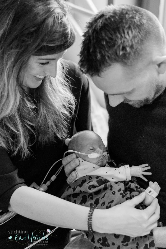 Premature baby bij zijn ouders in de armen.