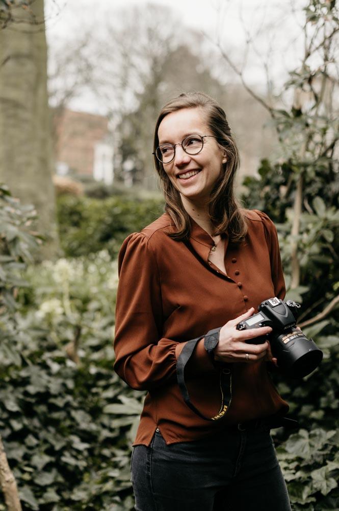 vrouw met een camera in haar hand