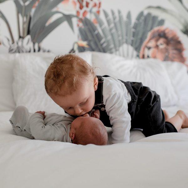 Grote broer geeft zijn broertje een kusje