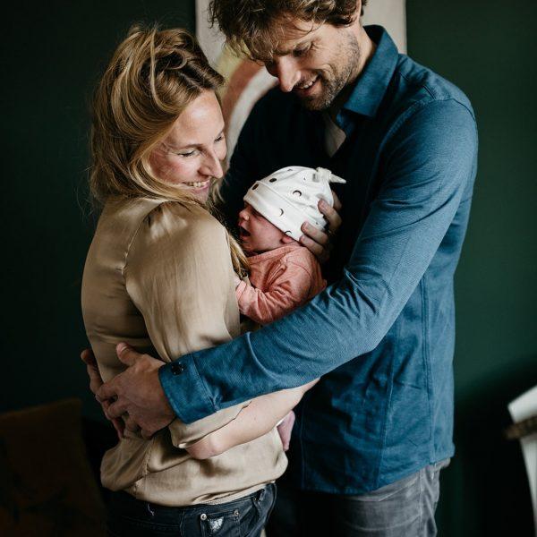 Een gezin houdt elkaar vast