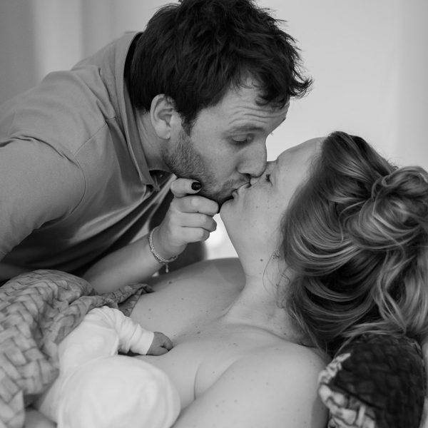 Man en vrouw geven elkaar een kus