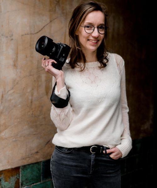 vrouw met camera in haar hand