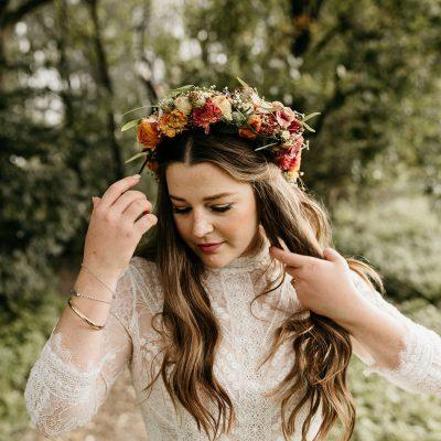 Bruid doet haar haren goed.