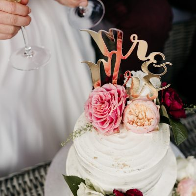 Wedding cake trouwtaart met glas champagne