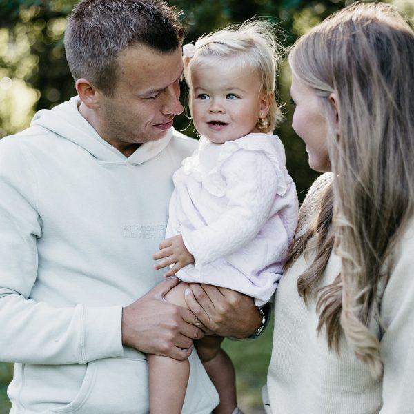 Vader heeft zijn dochtertje op zijn arm