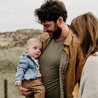 Een vader kijkt lachend naar zijn zoontje.