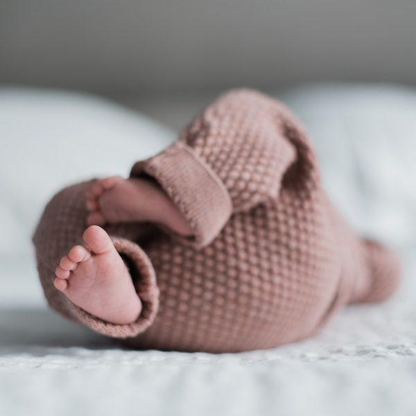 kleine babyvoetjes in roze pakje