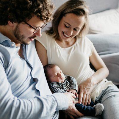 Baby ligt bij zijn ouders