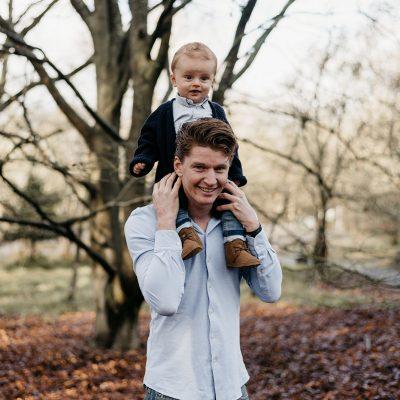 grote jongen op de nek bij zijn papa