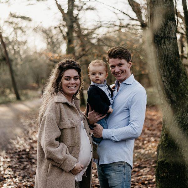een gezin met elkaar in het bos